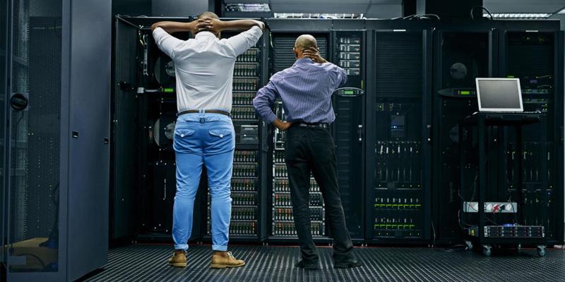 duas pessoas preocupadas com um servidor