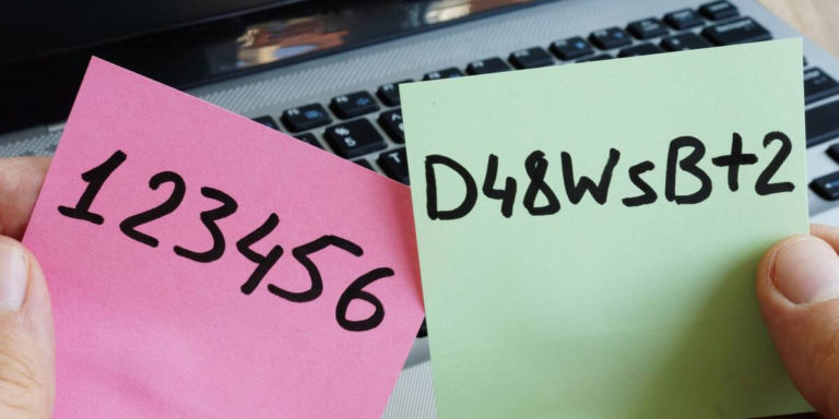 duas senhas anotadas em post-its, sendo uma fraca e outra segura
