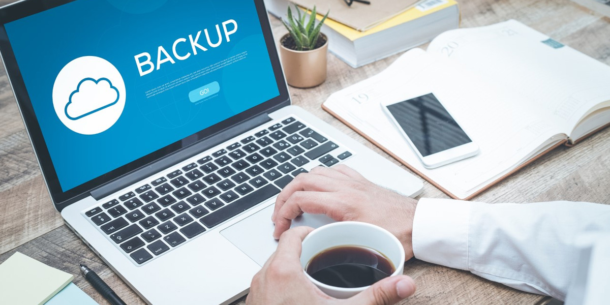 pessoa realizando um backup em seu computador